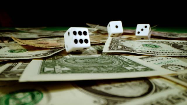 slo mo lancio di dadi su un tavolo da gioco - gioco d'azzardo video stock e b–roll