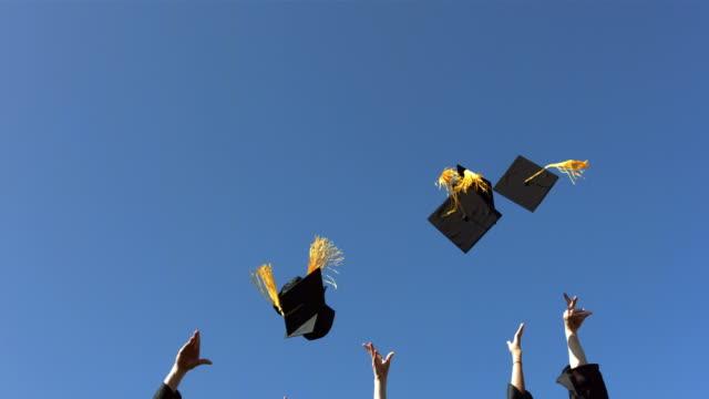 lanciare cappelli di laurea, rallentatore - tocco accademico video stock e b–roll