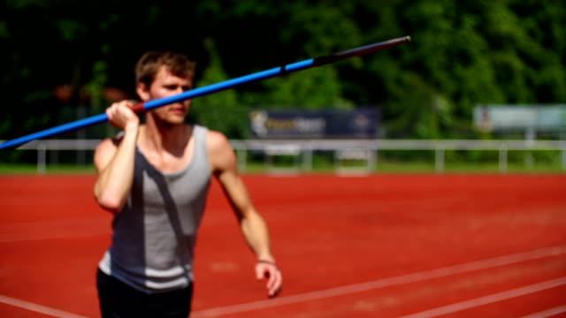 スローモーション: 投げる javelin - 陸上競技点の映像素材/bロール
