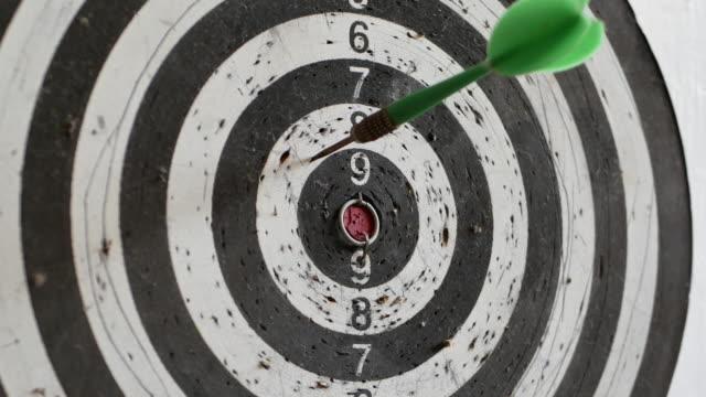 vídeos de stock e filmes b-roll de throwing three darts into the target aim and missing a ten points circle - três objetos
