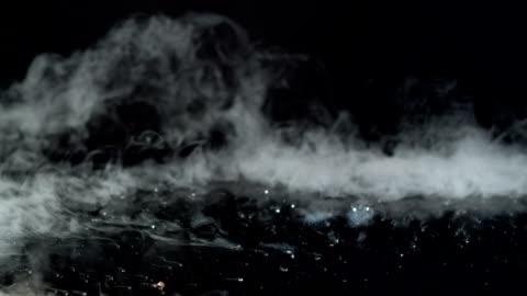vidéos et rushes de levée de glace cristaux commencent à se dissoudre. vapeur tourbillonnant - froid