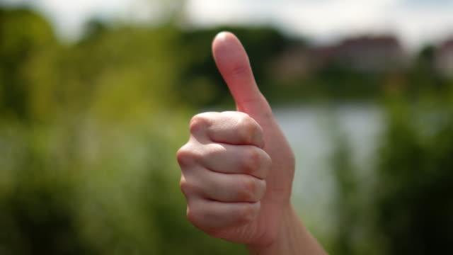 başarı sembolü başparmak - thumbs up stok videoları ve detay görüntü çekimi