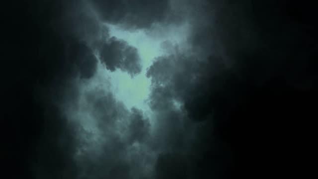 vidéos et rushes de nuages d'orage, tonnerre pendant la nuit avec des éclairs sous l'orage - ciel orageux