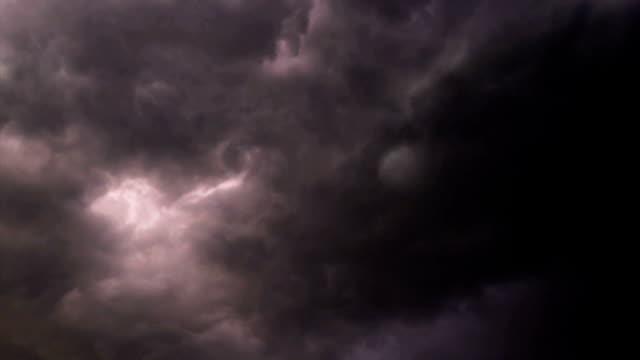 vidéos et rushes de nuages d'orage avec la foudre - ciel orageux