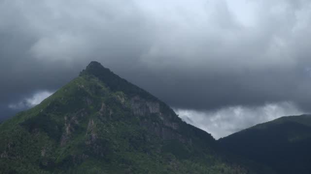 vídeos de stock e filmes b-roll de thunderstorm italian alps time lapse - lago maggiore