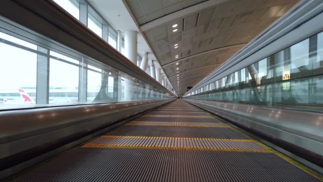 thyssenkrupp express gångväg på toronto pearson flyg plats. - rulltrappa byggnadsdetalj bildbanksvideor och videomaterial från bakom kulisserna