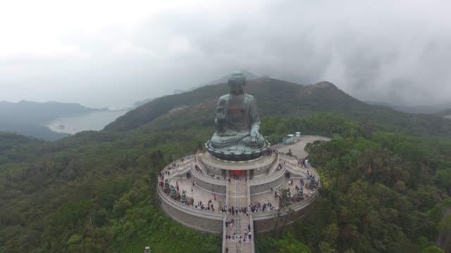 tian tan große buddha-luftaufnahme in hongkong - wahrzeichen stock-videos und b-roll-filmmaterial