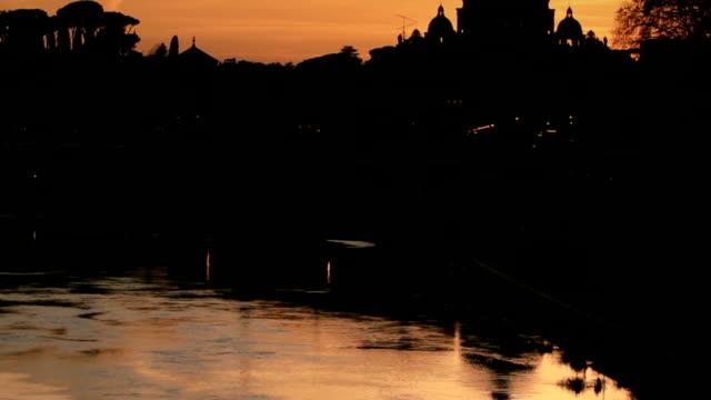 fiume tevere e vista sulla basilica di san pietro - peter the apostle video stock e b–roll
