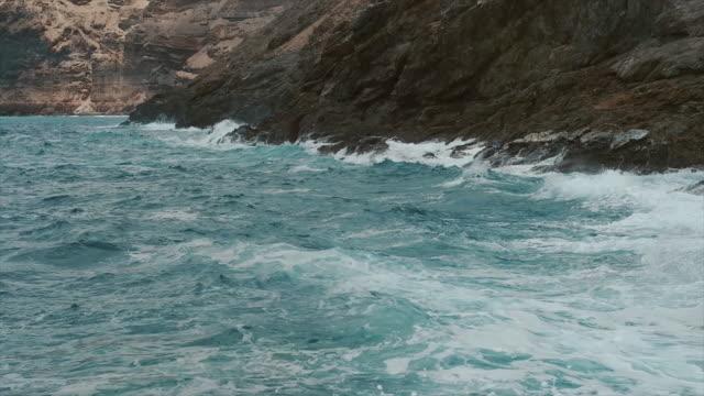 tidal waves santorini, greece. - isole egee video stock e b–roll