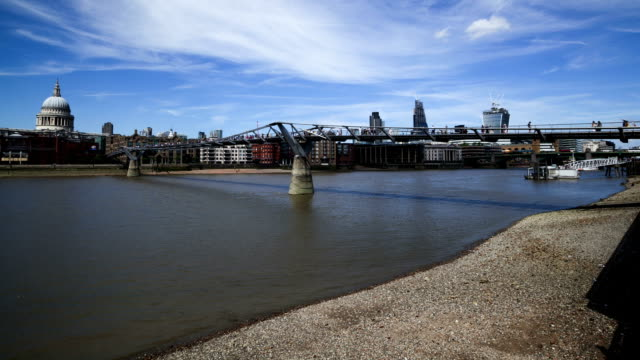 vídeos de stock e filmes b-roll de marés millenium ponte rio tamisa em londres, time lapse - maré