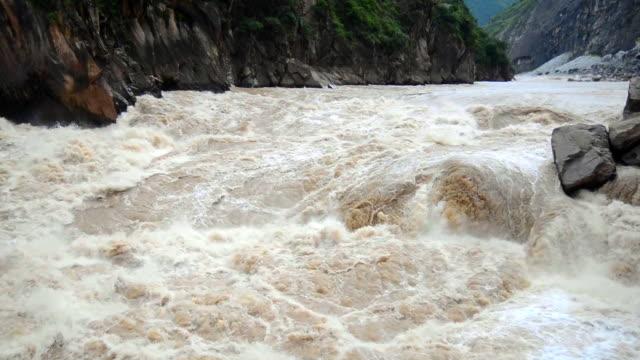 vídeos y material grabado en eventos de stock de garganta del salto del tigre en china - río yangtsé