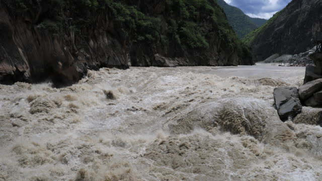 vídeos y material grabado en eventos de stock de tiger leaping gorge - río yangtsé