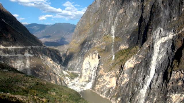 vídeos y material grabado en eventos de stock de garganta del salto del tigre, yunnan - río yangtsé