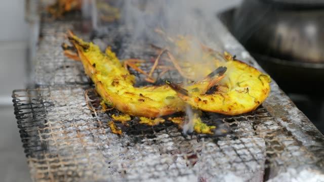 虎エビの炭火焼 - インド料理点の映像素材/bロール