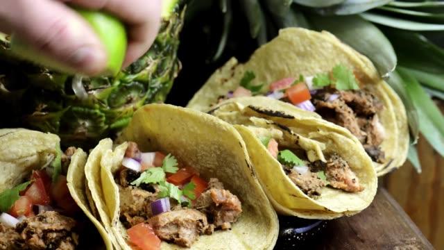 vídeos de stock e filmes b-roll de tijuana tacos al pastor with spicy salsa, mexican food - comida pronta