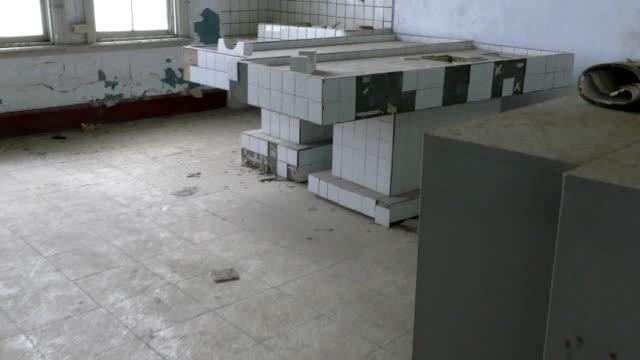 vídeos y material grabado en eventos de stock de losa de la morgue en el hospital abandonado de baldosas - autopsia