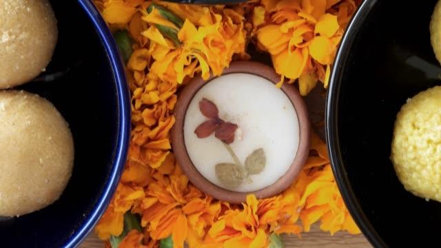 インドのお菓子、花、ライト、dusshera、ディワリ祭の準備やお祝いのヒンズー教の祭りのためのインドの背景の diyas 成分を傾斜します。 - ディワリ点の映像素材/bロール