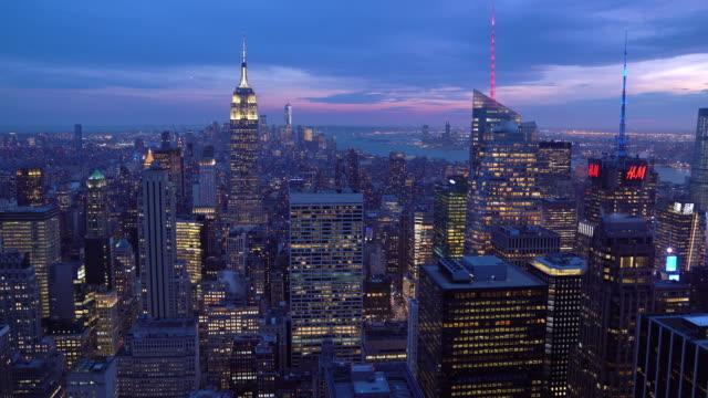 チルトダウン:マンハッタンnycニューヨークの夕日の高角度ビュー。アメリカのライフスタイル都市ランマークと観光コンセプト。 - 斜めから見た図点の映像素材/bロール