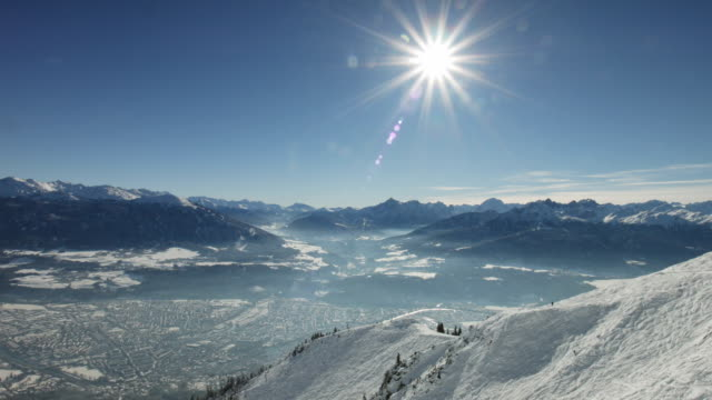 nedtiltning: innsbruck på vintern, som sett från seegrube - delstaten tyrolen bildbanksvideor och videomaterial från bakom kulisserna