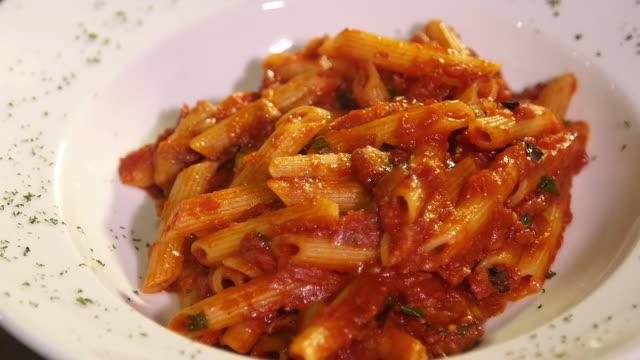 vidéos et rushes de inclinez vers le bas le projectile d'un bolognese de spaghetti à l'intérieur d'un restaurant. - spaghetti bolognaise