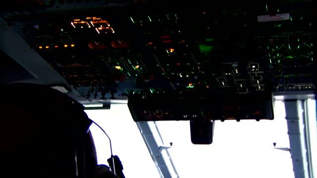 vídeos y material grabado en eventos de stock de incline hacia abajo toma de los aviones cabina de piloto - air force