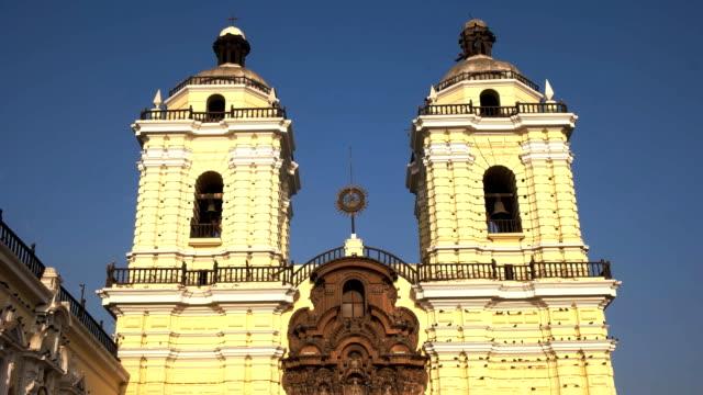 schräg nach unten schuss des klosters san francisco in lima - lima stock-videos und b-roll-filmmaterial