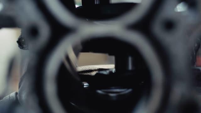 tilt shot closeup inside of piston oder tauchen sie in garage werkstatt. - steckschlüssel stock-videos und b-roll-filmmaterial