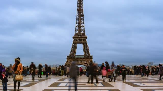vidéos et rushes de laps de temps d'inclinaison. passants sur la place du trocadéro près de la tour eiffel. - tour eiffel