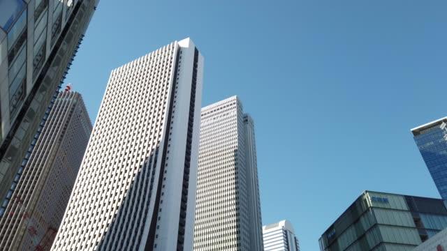 チルトアップ。東京・新宿の街並み - ローアングル点の映像素材/bロール