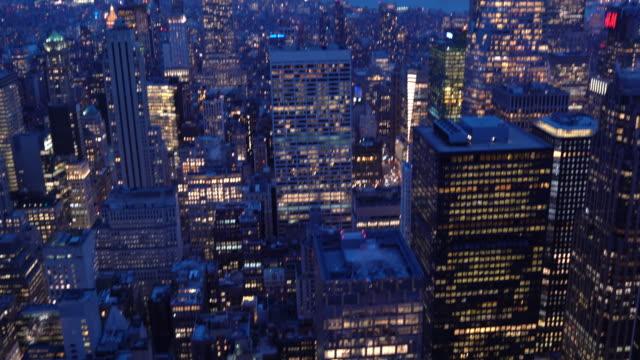 틸트 업: 맨해튼 뉴욕 일몰의 높은 각도 보기. 미국 라이프 스타일 도시 란 마크와 관광 개념입니다. - 틸트 스톡 비디오 및 b-롤 화면