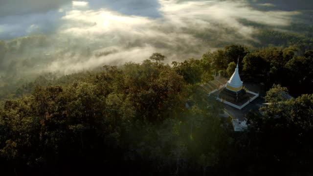 kippen sie sonnenaufgang am morgen über buddhistische pagode auf hügel oben. - pagode stock-videos und b-roll-filmmaterial