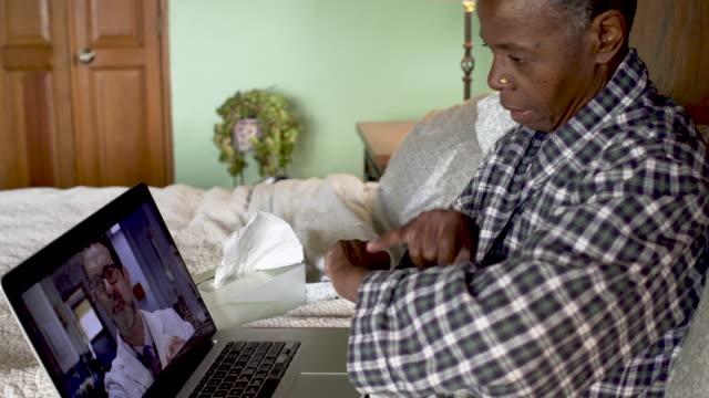 彼女の医者とテレヘルス訪問を持っている黒人の先輩女性の傾き - 回復点の映像素材/bロール
