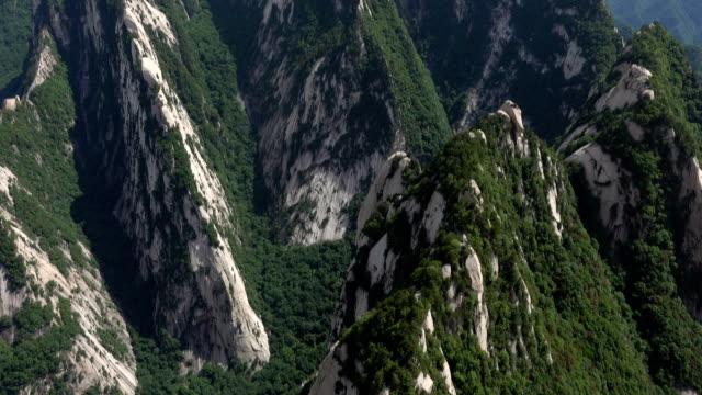 hua dağı 'nın görkemli manzarayı yukarı eğme - unesco stok videoları ve detay görüntü çekimi