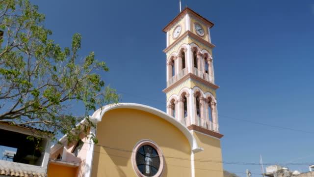 vídeos de stock e filmes b-roll de tilt up of the parroquia de la santa cruz in puerto vallarta, mexico - climate clock