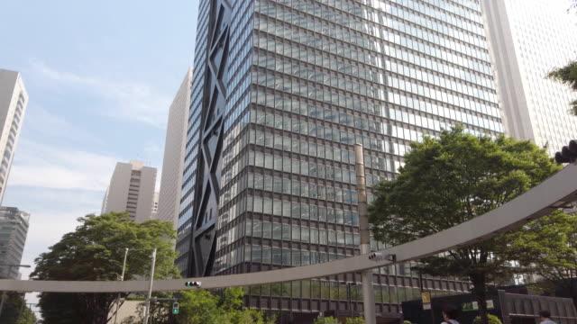 4k는 실시간 틸트. 일본 도쿄의 니 시 신주쿠 도시 경관 사무소. - 틸트 스톡 비디오 및 b-롤 화면