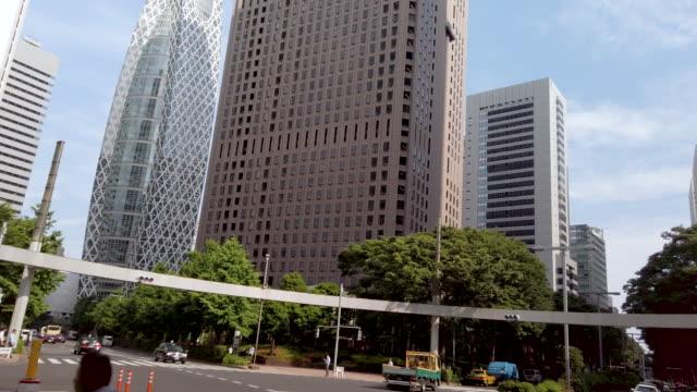 4kチルトアップリアルタイム。東京・西新宿の新宿三井ビル・都市景観オフィス - 斜めから見た図点の映像素材/bロール