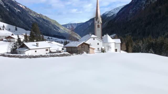 vídeos de stock, filmes e b-roll de inclinação acima: st sigismund im sellrain, tirol, na áustria, no inverno - tyrol state austria