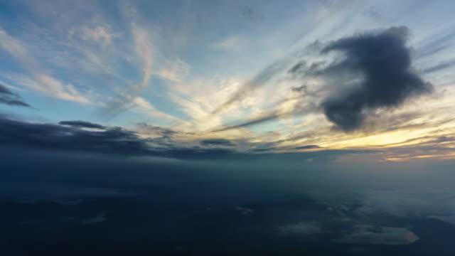 vidéos et rushes de 4k tilt up time lapse beau lever de soleil sur le point de vue du sommet de fuji mt - inclinaison vers le haut