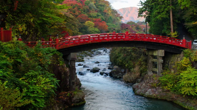 vidéos et rushes de 4k tilt up timelapes shinkyo bridge en saison d'automne, nikko, japon. - high dynamic range imaging
