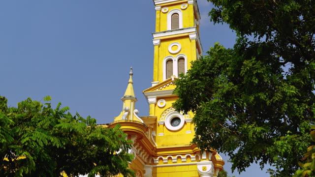 vídeos de stock e filmes b-roll de tilt up video shot of saint joseph catholic church, ayutthaya. is the first roman catholic church in thailand. located by the chao phraya river. - climate clock