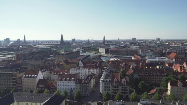 tilt view: köpenhamns stad från utsiktsplats på vår frälsares kyrka, danmark - dansk kultur bildbanksvideor och videomaterial från bakom kulisserna