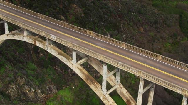 vídeos de stock e filmes b-roll de tilting drone shot of bixby creek bridge, big sur - big sur