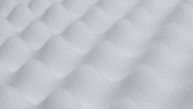 inclinazione su sfondo in memory foam peak e volley forma primo piano 4k 3840x2160 30fps video ultrahd - lenta inclinazione su materasso in schiuma texture topper 4k 2160p uhd filmati - gommapiuma video stock e b–roll