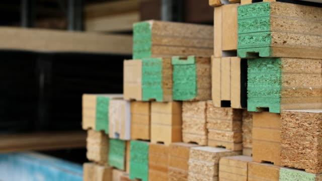 vídeos y material grabado en eventos de stock de muestras de madera en la carpintería - tablón