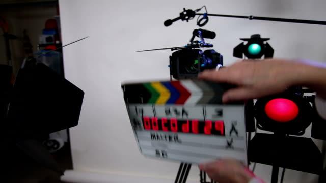 vidéos et rushes de code temporisé d'ardoise sur vidéo ensemble dslr - 3 a - ardoise