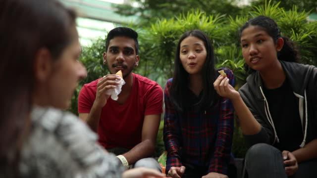 학교 운동장에서 간식 시간 - 배경 초점 스톡 비디오 및 b-롤 화면