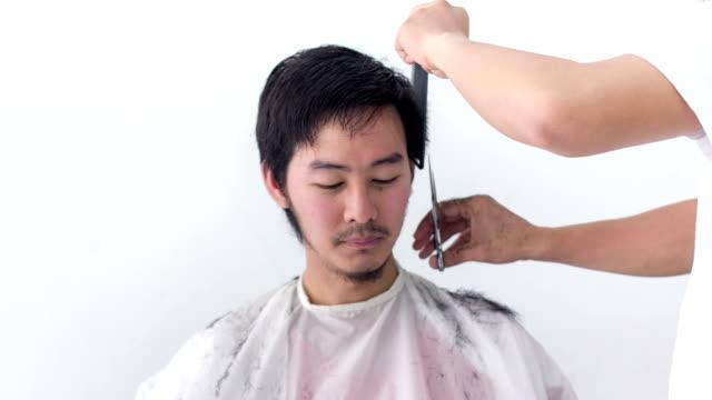 vídeos de stock, filmes e b-roll de maquiagem: lapso de tempo de corte - estilo de cabelo