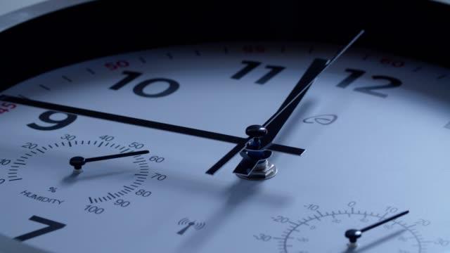 tiden är igång. midnatt kommer på nyårsafton. - dag bildbanksvideor och videomaterial från bakom kulisserna