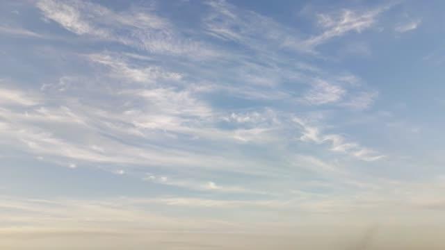 zeit runden videos von wolken sonnenaufgang und sonnenuntergang - zirrus stock-videos und b-roll-filmmaterial