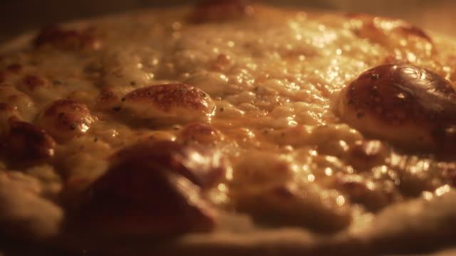 time lapse 4 pizza al formaggio in fase di cottura. primo tempo - pizza video stock e b–roll